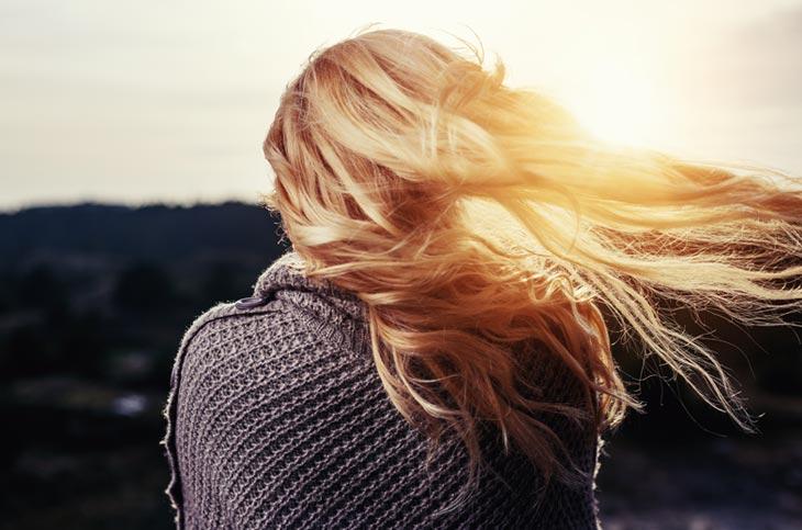 Kako posvetliti kosu? Saveti za prirodno posvetljivanje kose